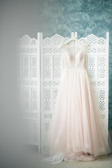 部屋に吊るされた花嫁のドレス