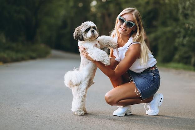公園で彼女の犬と素敵な女性