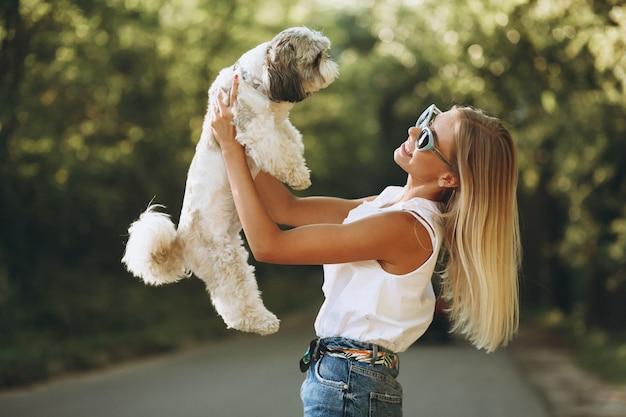 公園で彼女の犬と女性の肖像画