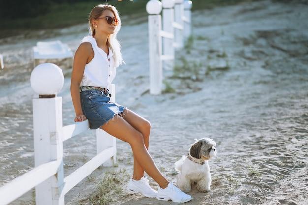 休暇中の彼女の犬を持つ女性