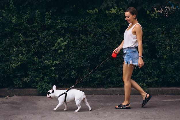 彼女のペットフレンチブルドッグを持つ女性