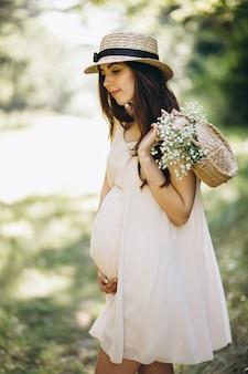 公園で若い妊婦