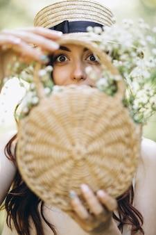 花のバスケットと幸せな女性の肖像画