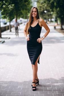 黒いドレスで美しい女性
