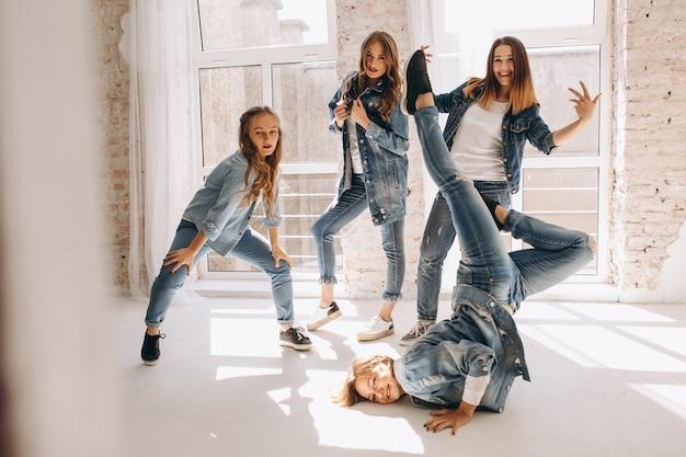 スタジオのダンサーチーム