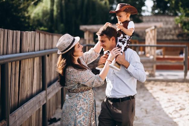 牧場で小さな息子を持つ家族