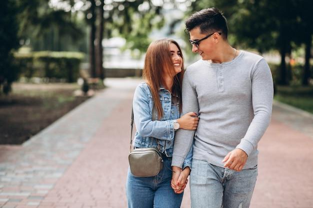 公園の若いカップル