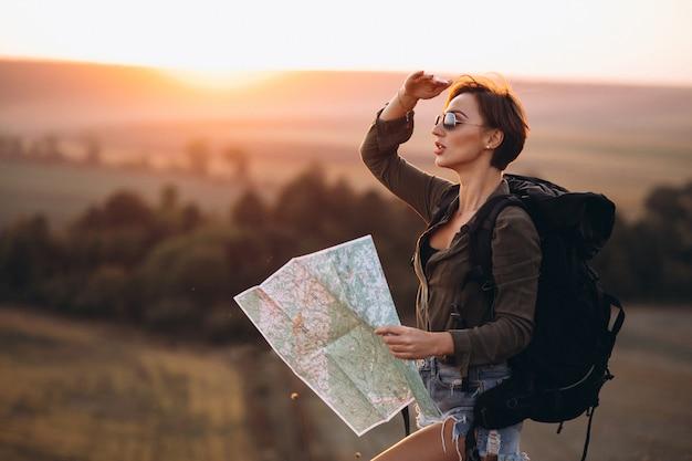 女性が旅行し、地図を使用して