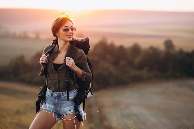 山の中でハイキングする女性
