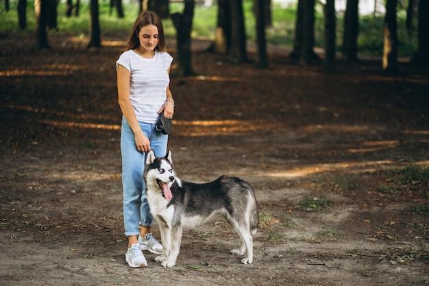 公園で彼女の犬と女の子