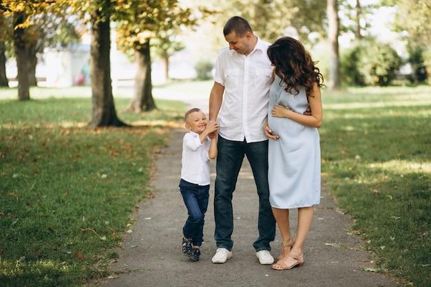 妊娠した妻とその息子、夫と公園にいる夫