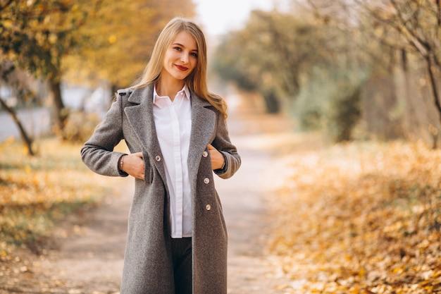 公園で歩く若い女性