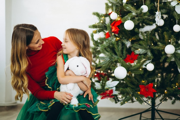 クリスマスツリーでギフトを梱する娘と母