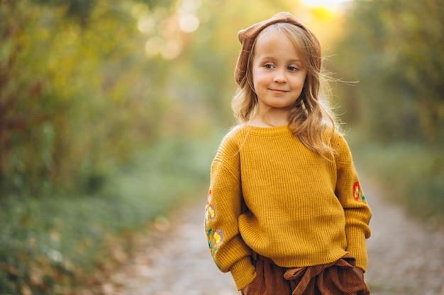 秋の公園の小さな女の子