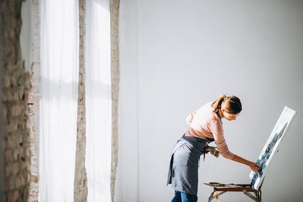 スタジオで絵を描く女性アーティスト