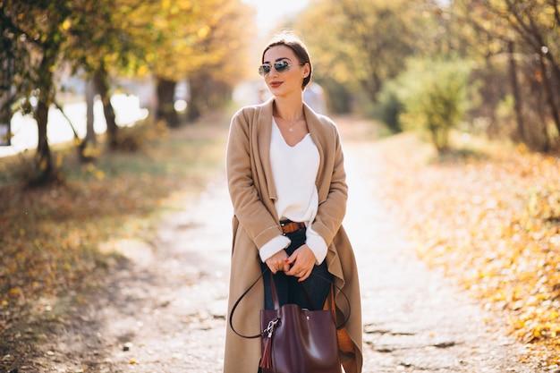秋の公園の若い女性