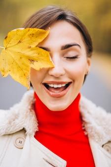 半分の顔を葉で覆う女性の肖像