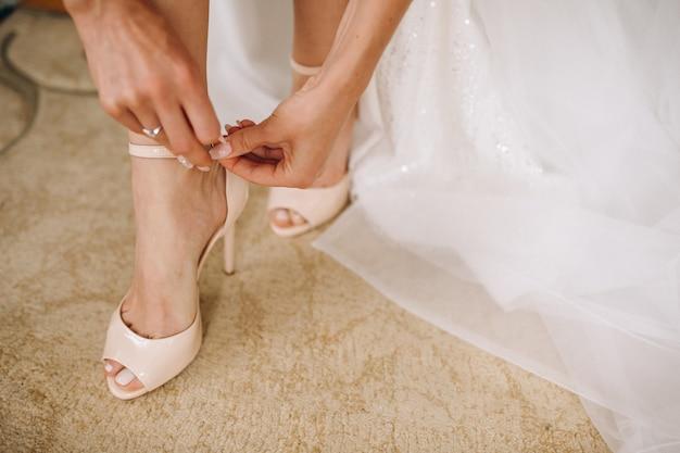 女性の結婚式の靴が閉じる
