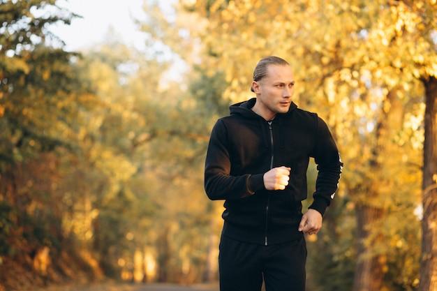 公園で運動する若いスポーツマン