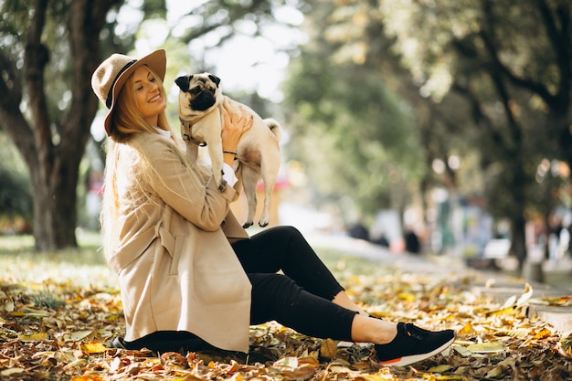 彼女の犬と美しい女性