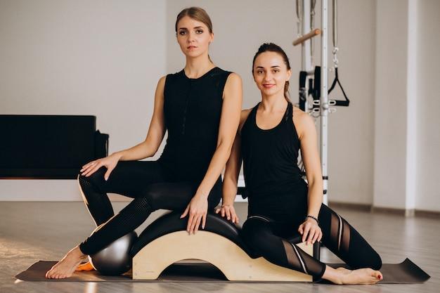 Женщины, практикующие пилатес