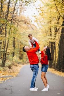 秋の公園に小さな息子を持つ家族
