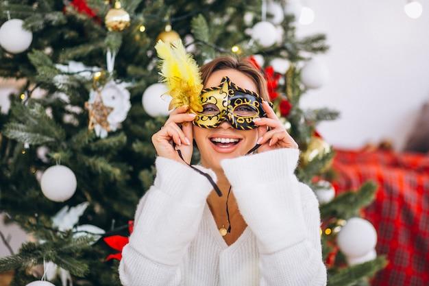 クリスマスにマスクを着ている女性