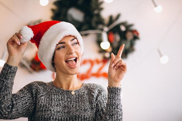 クリスマスにサンタの帽子の女性の肖像画