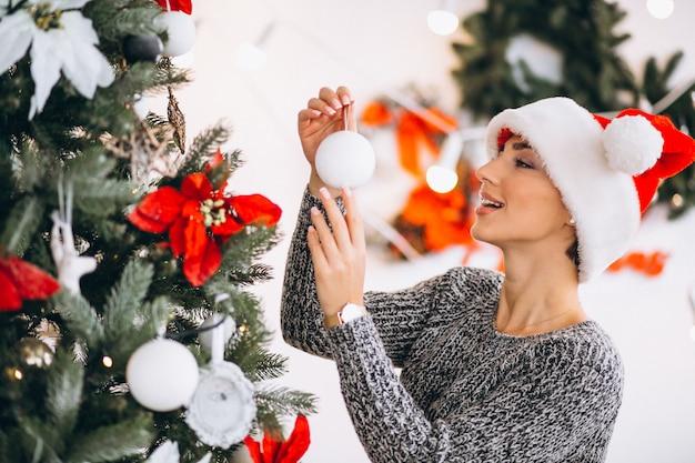 女性飾るクリスマスツリー
