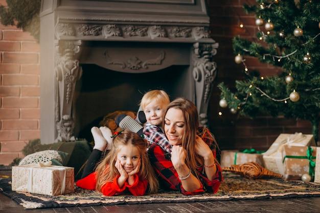 Мама с детьми у елки