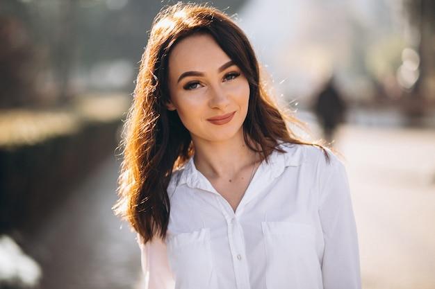 白いシャツの女性の肖像画