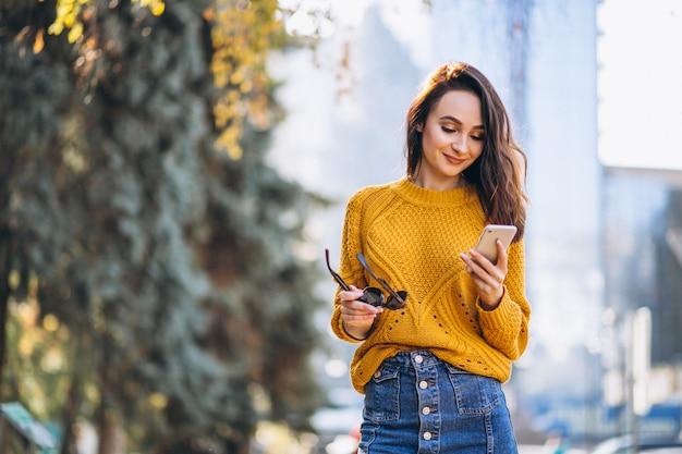 電話で話しているモデルの女性