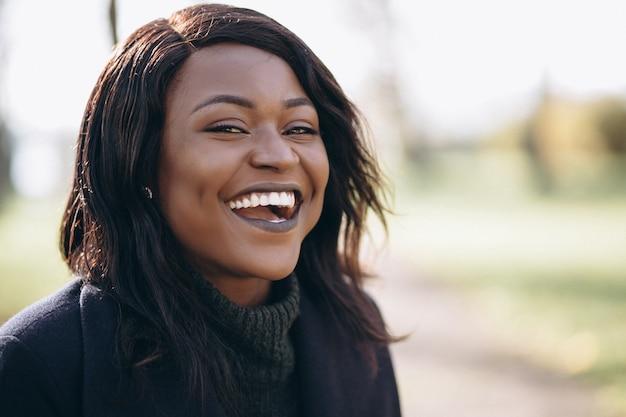 アフリカ系アメリカ人女性の笑みを浮かべて肖像画