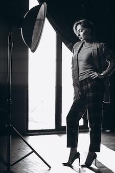 スタジオでポーズをとってスーツを着たモデル
