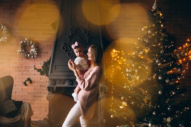 クリスマスツリーで娘を持つ母