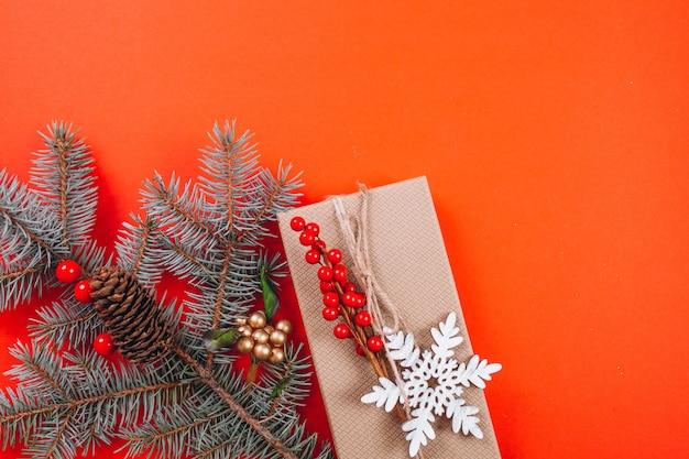 赤の背景にクリスマスの背景レイアウト