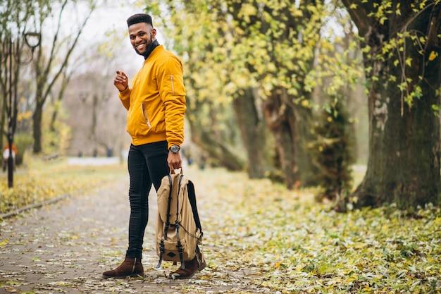 アフリカ系アメリカ人学生が公園を散歩して