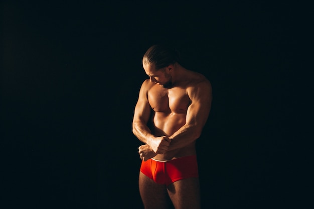 黒の背景に裸のセクシーなサンタ男