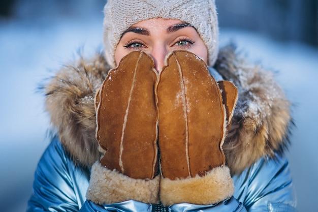 冬のジャケットの若い女性の肖像画