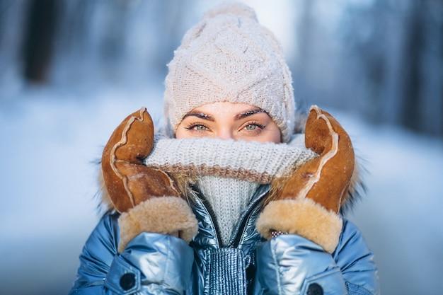 Портрет молодой женщины в зимней куртке