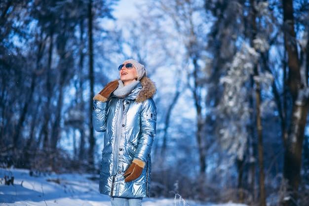 Женщина гуляет в зимнем парке