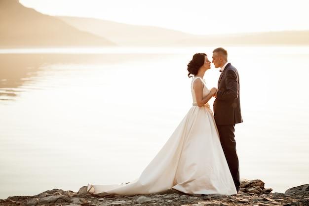 湖でお互いを見て新婚夫婦