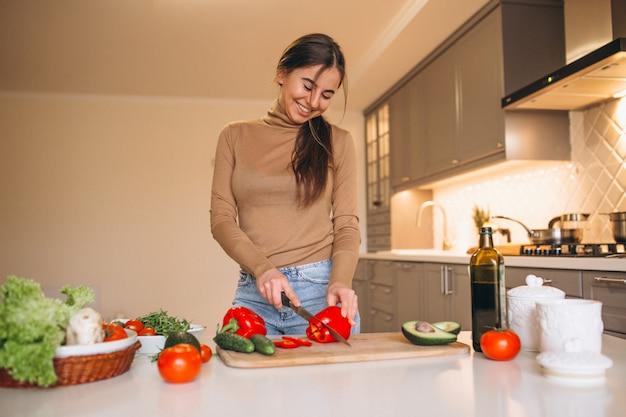 Женщина готовит на кухне