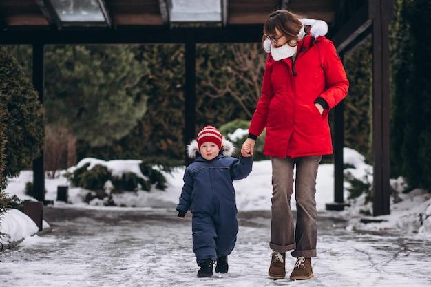 冬の外の幼い息子を持つ母