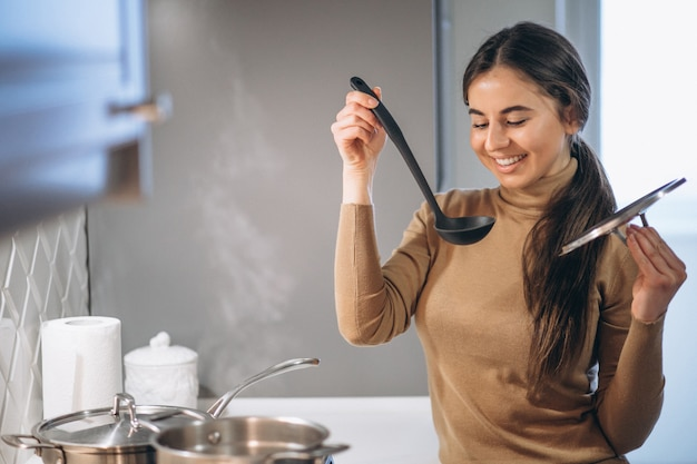 台所で料理をする女性