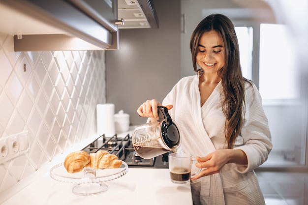 コーヒーとクロワッサンの女性の朝