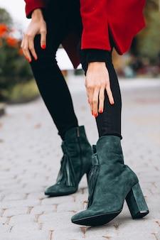 女性の靴をクローズアップ