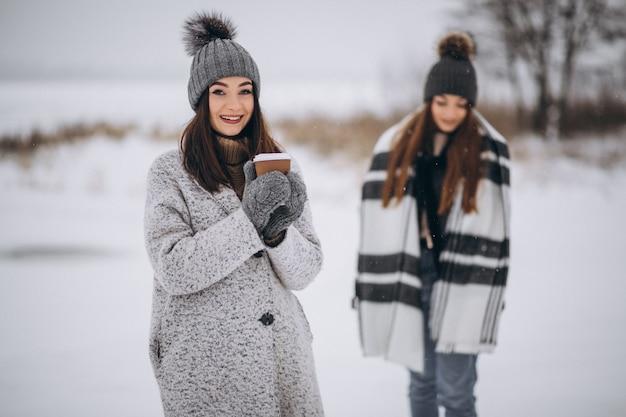 冬の公園で一緒に歩く二人の女の子