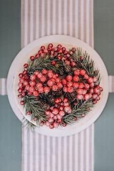 赤い果実で飾られたクリスマスケーキ