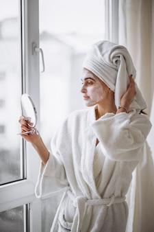 女性の美しさのマスクを適用する